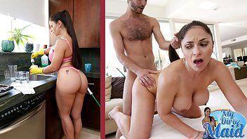 Mulher do sexo que faz faxina e libera a buceta