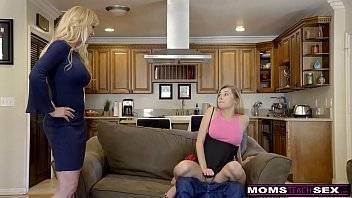 Xvidões fodendo uma novinha e a tia safada