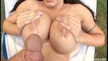 Cabine porno transando e gozando nos peitos da gostosa