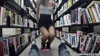 Sexo carioca transando com uma magrinha na biblioteca